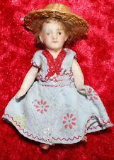 N° 18 alte Puppenstuben Puppe, Mädchen mit Perücke und Strohhut, 8,5 cm groß