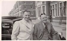 Chequers Hotel, North Shore, Blackpool, 2 cheerful men,  leaning on car,  QQ1596