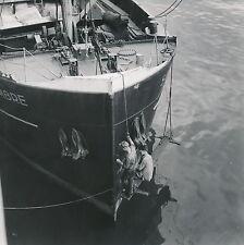 PARIS c. 1950 - Ouvriers travaillant sur une Proue de Bateau Paris -DIV 5188