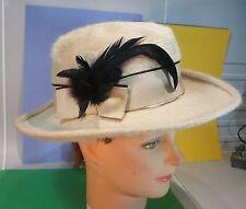 Joli Chapeau blanc cassé et plumes noires…