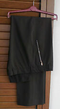 Pantaloni cameriere colore nero. 2 tasche laterali a cerniera. Taglia 48