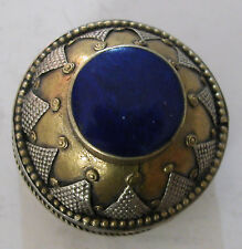 A ROUND SNUFF OR PILL BOX WITH DECORATION ON TOP & AROUND SET WITH A LAPIS STONE