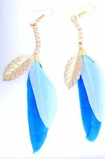 Adorable bleu plume et feuille d'or dangle earrings