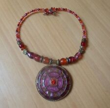 PENDANT NECKLACE WITH ELASTICATED SELF CLOSURE