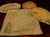 lot 4piéces napperons brodés main ,metis ,hirondelle et papillon34x24cm