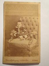 Wien - in einem Sessel sitzendes kleines Kind - Portrait / CDV