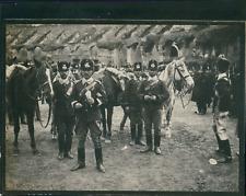 Italie, Rome, Cavaliers militaires avec leurs chevaux dans le Colisée, ca.1900,