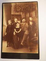 Familie - Mann mit Bart & Frau & 4 Kinder - 3 Mädchen und Junge - Kulisse / KAB