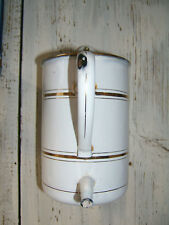 Alte Emaillekanne, Krug, mit Ausguß, zur Wandmontage geeignet, weiß gold