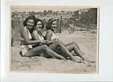N°14909 / grande photo d'amateur 3 jeunes femmes à la plage 1955 ?  PIN -UP