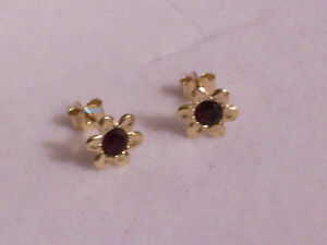 New Boxed Ladies 9ct Yellow Gold Flower Garnet Studs Earrings 7mm Hallmarked