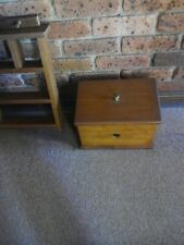 COLLECTABLE:COUNTRY SOLID WOOD STORAGE BOX/CHEST+1956 PENNY INLAID