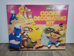 VINTAGE WILTON 1977 SESAME STREET COOKIE DECORATING KIT - 6 Cutters WITH BOX
