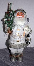 Weihnachtsmann Nikolaus stehend 48 cm h Utensilien Axt Tannenbaum Laterne Textil