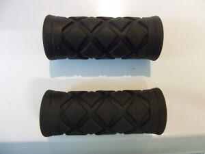 Pair of short 75mm bike black rubber handlebar grips for 22.2mm diameter bars