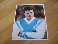 Adrian Maguire Carreras de Caballos Nat. Hunt Jockey 12/11/93 Mano Firmado Foto De Prensa