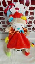 Doudou lion rouge rayé bleu jaune attache tétine écharpe queue Nicotoy