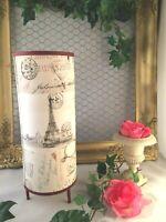 Lampe cylindrique en papier à décor de lettres anciennes ,de tour Eiffel.