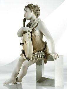 Statua in porcellana italiana figurina di donna ragazza con violoncello su panca