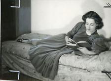 Actrice Paula Dehelly sur un divan, 1946, vintage silver print vintage silver pr