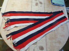 Écharpe avec bandes noires, rouges et blanches en laine avec franges -  POIDS :