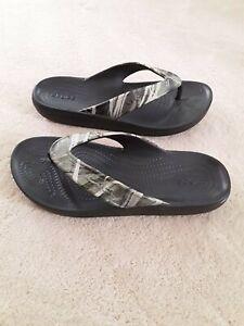 Crocs Iconic Comfort  Kadee II Sandals Flip Flops Sz Men's 4 W 6 Camo