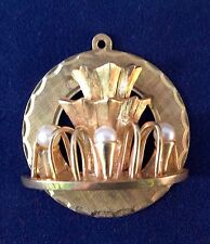 VINTAGE 10K YELLOW GOLD CIRCA 1965 WITH SEED PEARL TROPICANA ROUND PENDANT