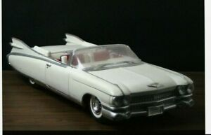 MAISTO WHITE CADILLAC ELDORADO MODEL CAR Scale 1/12