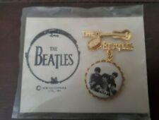 THE BEATLES ORIGINAL VINTAGE 1964 BROOCH PIN WITH HEADER CARD - NEMS