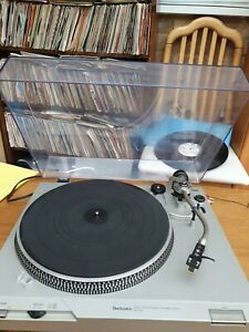 Technics Direct Drive Automatic Turntable System SL-D2 in Silver good condition