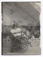 PHOTO ANCIENNE Poussette Chaise roulante en bois Jeu Petite fille Vers 1900