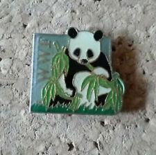 pin's pins WWF Panda mange du bambou