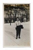 Foto, Junge Frau, Tracht, Uniform, Porträt, Häuser, Platz. Winter