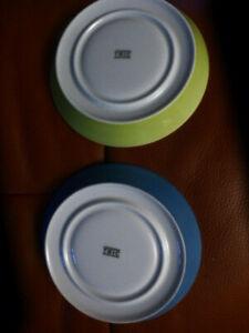 2 Arzberg Tric  Kaffee Untertassen aus Porzellan - Farbe blau + grün 15 cm