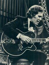 1974 Press Photo Music Legend Chet Atkins Playing Gretsch Super Chet Guitar