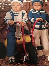 Knitting Pattern DK Baby Cardigan Pantaloni Cappello Sciarpa 12-18 LAV vintage