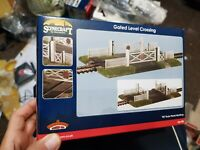 OO Gauge Bachmann 44-189 Gated level Crossing building for model railway scenery
