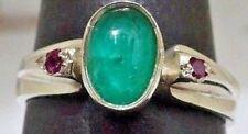 Anillo de plata de ley con hermosa esmeralda y dos rubis