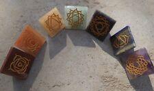 Conjunto de 7 Pirámide Chakra Piedras ~ grabado con los 7 símbolos de chakra