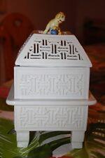 Meissen Tischofen Räucherhaus mit Löwen pfote auf blauer Kugel als Halteknauf