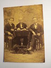 3 Männer mit Glas Bier ? Pfeife Buch am Tisch - Hund - Kulisse / KAB