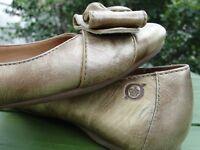 BORN Flat Ballet Shoes Leather Ballerina Gold Bows Comfort Lined Sz 7.5M No Slip