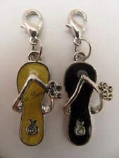 LOT 2 CHARMS BRELOQUE A FERMOIR METAL ARGENTE TONGS JAUNE CLAIR / NOIR - BIJOUX