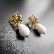 Ohrringe Ohrstecker aus vergoldet-matt mit weiße jade in Tropfenform,Catia Levy