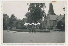 Foto deutsche Landser  Ortschaft -Schild  2.WK    (d269)