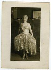 PHOTO une femme pose costume carnaval bal masqué soirée costumée danse gala