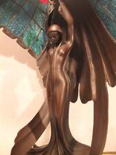 Tiffanylampe mit Bronzefigur