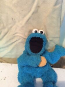 AN ORIGINAL 2001 FISHER PRICE ME SO HUNGRY COOKIE MONSTER PUPPET