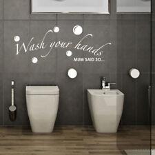 Tentures murales et tapis gris pour la décoration de la salle de bain