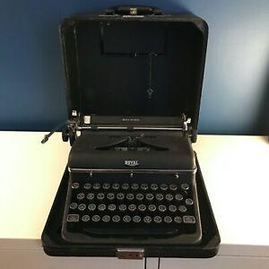 Royal Quiet DeLuxe Black/Chrome Vintage Typewriter 1939, w/case. Works